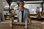 Karel Mayer se svým modelem přehrady z lepenky