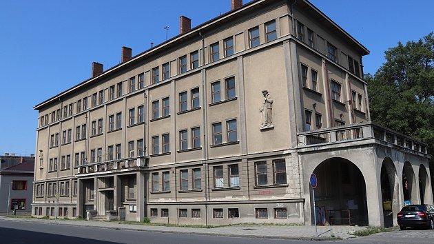 Pro bývalou armádní budovu v Čechově ulici nenašla radnice dlouho využití - teď ji chce odkoupit opavská společnost a přebudovat na byty.