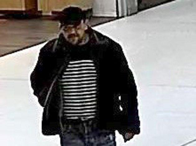 Policie hledá zloděje, který 1. února v odpoledních hodinách okradl obsluhu trafiky v obchodním centru Galerie Přerov.