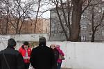 """V Kratochvílově ulici se jednalo o osudu stromu, který má jedinou vadu - překáží. Kvůli zastínění v mládí se javor """"táhne"""" za světlem, takže se naklání na zeď."""