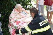 Na dvě desítky obyvatel panelového domu v ulici Interbrigadistů v Přerově musely být evakuovány při rozsáhlém požáru v jednom z bytů. 13.8.2019