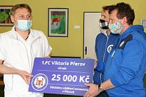 Fotbalisté 1. FC Viktorie Přerov pomáhají potřebným. Primář dětského oddělení Nemocnice Přerov Jaroslav Bouchal (vlevo)
