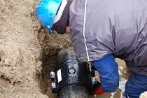 Pracovníci Vodovodů a kanalizací se během letošní zimy pořádně zapotili. Nejen únor, ale i březen jsou měsíce, které provází extrémní počet poruch na vodovodních řadech. (na snímku je odstraňování závady na sídlišti Kopaniny v Přerově)