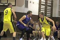 Basketbalisté Přerova (ve žlutém) proti Lipníku nad Bečvou