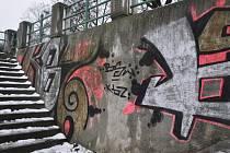 Grafiti v Přerově hyzdí nejen pilíře lávky U loděnice, ale také nábřežní zídky.