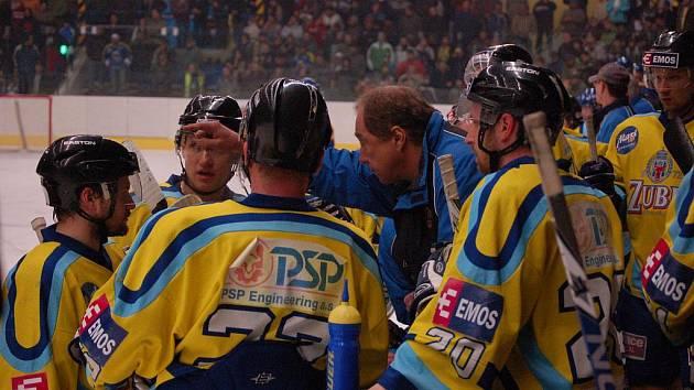 Přerovští hokejisté (ve žlutém) doma prohráli s Valašským Meziříčím na nájezdy 1:2.