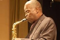 """Zpěvák a saxofonista Maceo Parker. Po jeho boku se objevili skvělí hráči – kytarista Bruno Speight, klávesista Will Boulware, baskytarista Rodney """"Skeet"""" Curtis, bubeník Marcus Parker a hráč na trombón Dennis Rollins."""