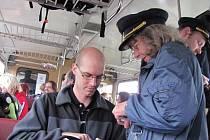 """Jako před třiceti lety si připadali cestující, kteří se projeli v neděli ráno """"nostalgickým vláčkem"""" po dávno zrušené trati z Tovačova do Kojetína. Ve vlaku se prodávaly lepenkové lístky, které průvodčí v dobovém stejnokroji procvakli kleštičkami."""