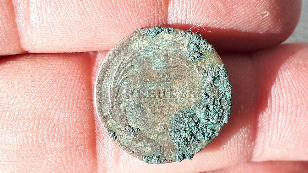 Přerovští archeologové našli při bádání v domě na Horním náměstí v Přerově také řadu mincí - na snímku je přední strana měděného půl krejcaru Josefa II. zroku 1781.