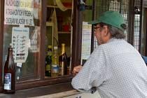 Několik hodin po zrušení částečné prohibice se v Přerově zatím nikde nenaléval tvrdý alkohol, oslava se odkládá na další dny.