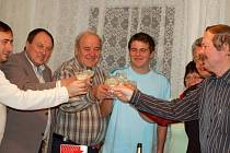 Přípitkem šampaňského oslavili své vítězství ve volbách na Přerovsku komunisté, kteří v tradičně levicově orientovaném regionu zaznamenali velký úspěch. Do sídla okresního sdružení v Palackého ulici v Přerově dorazil i poslanec Josef Nekl.