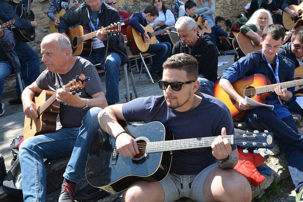 V Přerově padl na prvního máje kytarový rekord. Na jednom místě společně zahrálo šest skladeb 143 kytaristů.