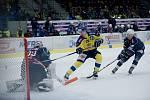 Hokejisté Přerova doma přehráli Chomutov 3:1. Šimon Kratochvil zvyšuje na 2:0.