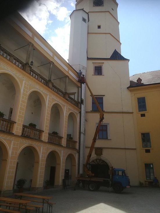Popadané stromy, poničené střechy kostelů sv. Václava a sv. Jiří, ale i místního zámku. Vichřice pustošila v Tovačově i náhrobky na hřbitově a prudký liják rozvodnil říčku Blatu.
