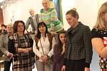 Ve čtvrtek odstartovala v Galerii města Přerova nová výstava, propojuje malbu a dřevěné sochy