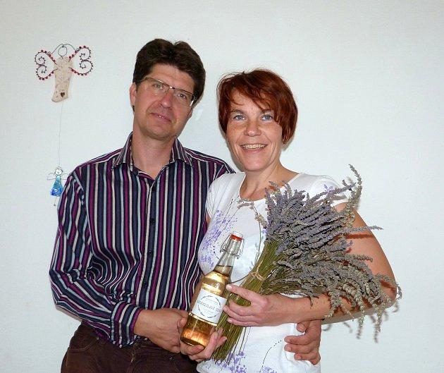 Pohled na levandulové pole uklidňuje jako nic jiného na světě, říkají manželé Novákovi