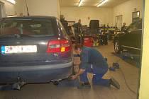 Před pneuservisy stojí fronty aut na zimní přezutí. Od 1. listopadu by měla auta jezdit na zimních gumách.