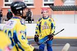 Hokejbalisté Přerova (ve žlutých dresech) proti Porubě. David Podepřel