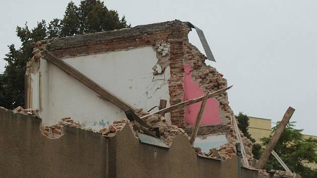 Dům s č.p. 27 v romském ghettu ve Škodově ulici šel v úterý ráno k zemi. Demoliční firma spolu se strážníky kvůli tomu ráno uzavřela celou ulici.