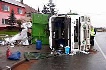 V levotočivé zatáčce v Radslavicích havaroval v sobotu dopoledne tahač s přívěsem. Škoda přesáhla tři sta tisíc korun