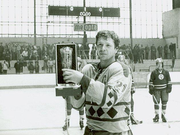 Jaroslav Řezáč přebírá na přerovském zimním stadionu pohár pro přeborníka ČSR vsezoně 1981/1982.