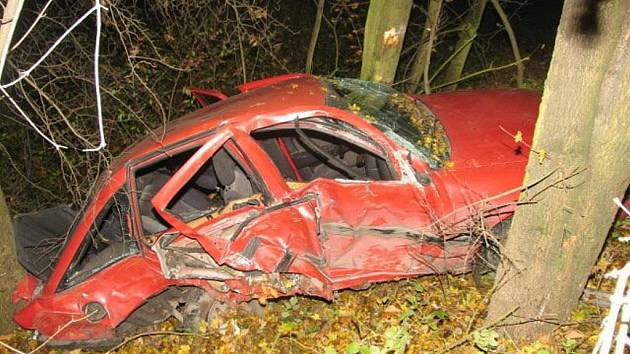 Na rovné cestě kolem lázní Teplic nad Bečvou boural v noci na neděli muž, který neměl řidičák ani platnou technickou prohlídku svého vozidla