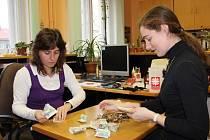 Pracovníci přerovské oblastní charity přepočítávají výtěžek Tříkrálové sbírky