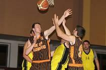 Přerovští basketbalisté (ve žlutém) proti SK UP Olomouc B
