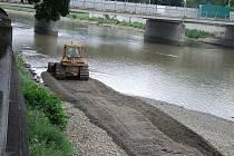Čištění dna řeky Bečvy v Přerově