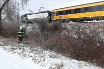 Zastavený vlak kvůli námraze u Měrovic na Hané