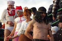 Silvestrovská otužilecká show na řece Bečvě v Přerově