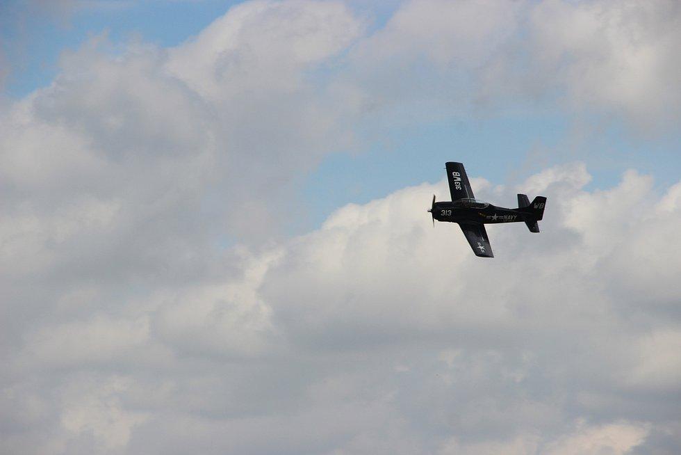 Tisíce lidí si v sobotu nenechaly ujít parádní leteckou podívanou na nebi nad Přerovem. Návštěvníci mohli na Dni letiště v Přerově obdivovat moderní gripeny i historické stroje. K vidění byla i technika pozemního vojska.
