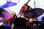 Zpívající bubeník Jamison Ross.