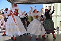 Tradiční velikonoční program si užili v neděli na Horním náměstí Přerované. Kromě folklorních souborů a šermířských vystoupení mohli zhlédnout také koncert vizovické skupiny Fleret.