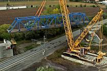 """Největší jeřáb v republice odstranil starý železniční most přezdívaný """"rámusák"""" na hlavní trati u Přerova. 26.9.2020"""