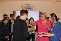 """Co je mentální anorexie? Jak ji rozeznat, a kdo můžeme nemocným nejvíce pomoci? Žáci deváté třídy ZŠ J. A. Komenského v Přerově se zapojili do ojedinělého projektu olomouckého Sdružení """"D""""."""