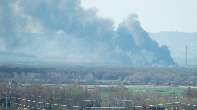 S požárem v Chropyni se stále potýkají hasiči ze tří krajů. Černý mrak hustého kouře se valí hlavně směrem na Hulín. Tento snímek byl pořízen 15 kilometrů od místa požáru