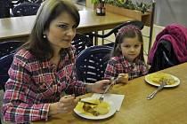 Rodiče, kteří mají zájem o dietní stravování svých dětí ve školní jídelně, mohli v sobotu ochutnat některé pokrmy. Nová dietní jídla jim představili kuchaři z jídelny v Kratochvílově ulici.