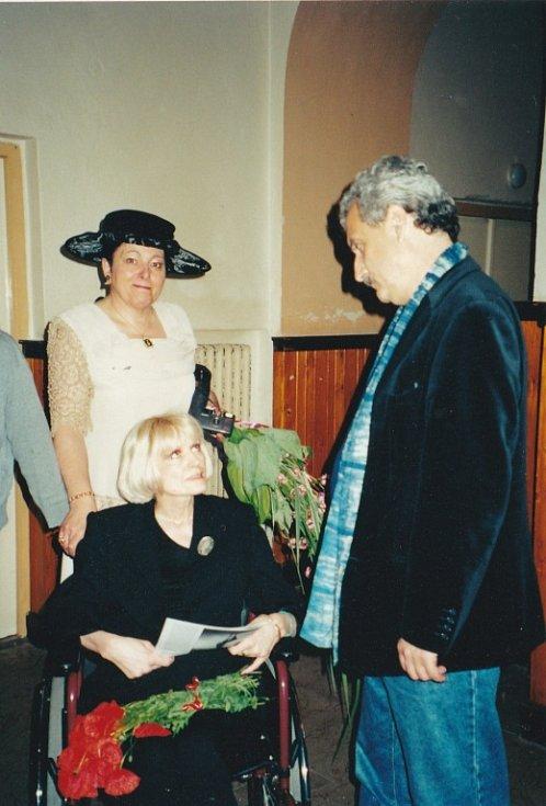 Marcela Kleckerová v rozhovoru s tehdejším ministrem kultury Pavlem Dostálem.