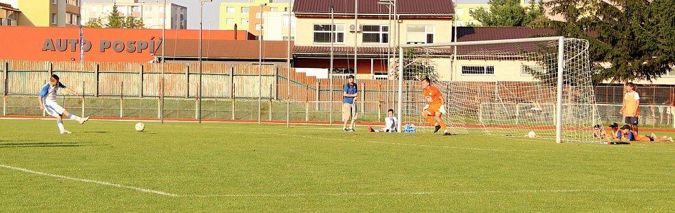 Úvodní kolo divize E nabídlo derby v Přerově mezi domácí Viktorkou (v bílém) a Kozlovicemi. Lukáš Kaďorek proměňuje rozhodující penaltu.
