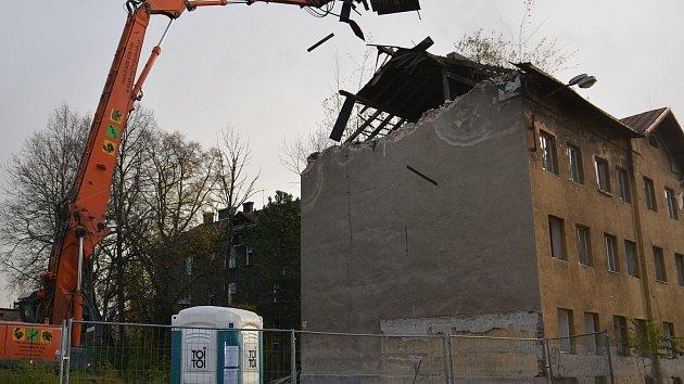 Bourání bývalého romského ghetta ve Škodově ulici