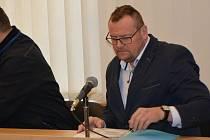U Okresního soudu v Přerově stanul zastupitel Marek Dostál (ODS) - vpravo. Ten čelí obžalobě ze sexuálního nátlaku na svou bývalou zaměstnankyni.