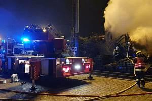 Hasiči zasahují u požáru v Tovární ulici v Přerově, 15. října 2021