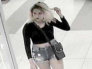 Policie hledá mladou ženu, která v květnu nevrátila nalezený mobilní telefon, který ležel ve zkušební kabince jednoho z obchodů v Galerii Přerov