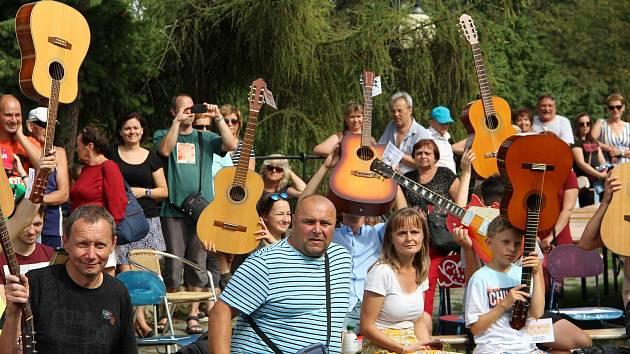 Téměř čtyři desítky kytaristů se sešly v neděli odpoledne na přerovských hradbách. Muzikanti zahráli společně šest skladeb a vzpomínali nejen na legendárního Jimiho Hendrixe, ale i na Ivana Krále, který letos zemřel. Amatérští i profesionální kytaristé si