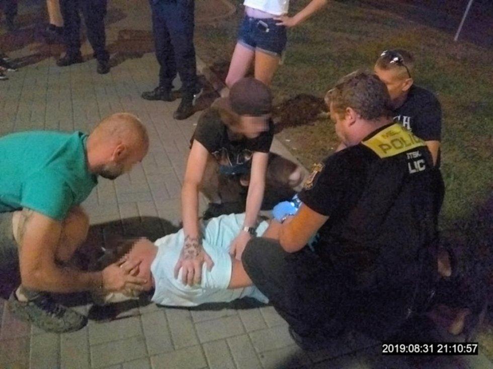 Teprve patnáctiletý mladík srazil v Přerově pěstí na zem šestapadesátiletého muže, poškozený úraz hlavy a skončil v bezvědomí.