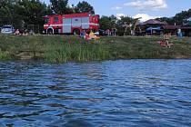 Po muži, který utonul na přírodním koupališti Jadran v Oseku nad Bečvou, pátrali 29. července 2021 několik hodin hasiči i policisté.