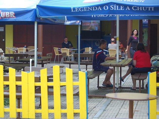 17. Penzion, restaurace a sportovní centrum na Jižní nabízí i venkovní posezení.