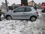 Peugeot v Grymově havaroval, když uhýbal autu v protisměru