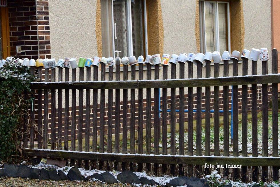 Hrníčky na plotě.